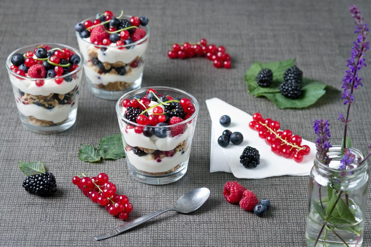 White chocolate 'n' berry dessert cup | www.planticize.com
